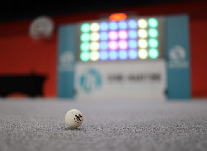 Balle de golf au sol avec le mur digital en arrière plan