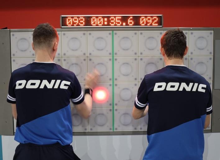 Groupe de deux joueurs face au mur digital