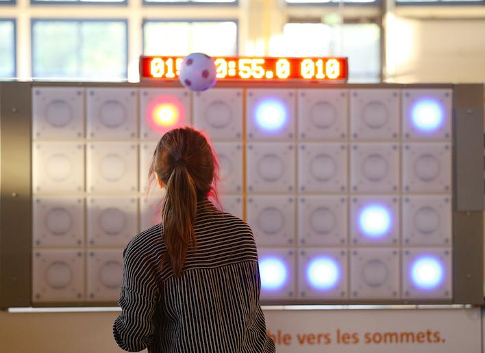 Femme jouant au football sur le mur digital