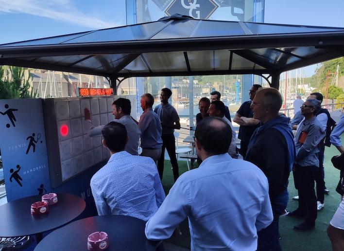Groupe de collègues jouant au mur digital ors d'un team building