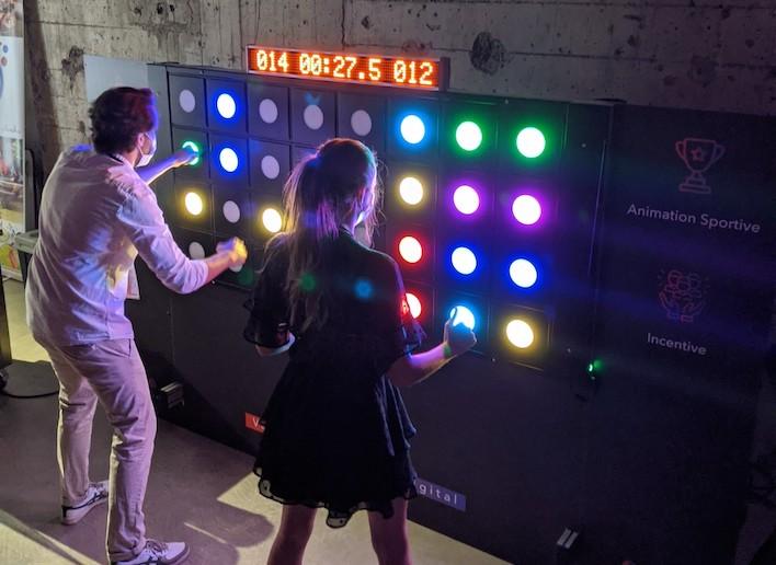Deux personnes jouant au mur digital au jeu de réflexe
