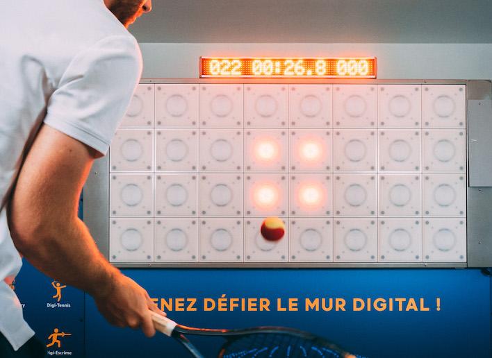 Homme jouant au tennis sur le mur digital