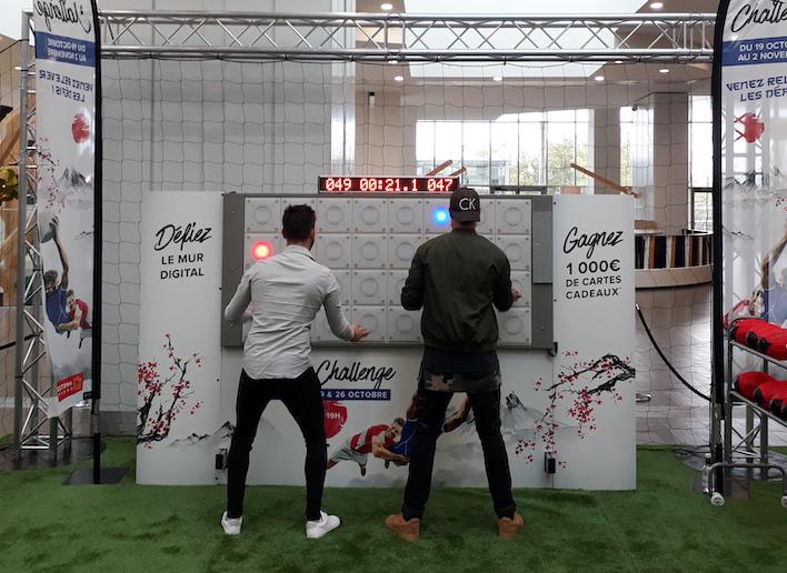 deux hommes jouant au mur digital lors du Rugby Challenge