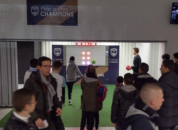 Groupe de spectateur des Girondins de Bordeaux jouant au mur digital à la mi-temps