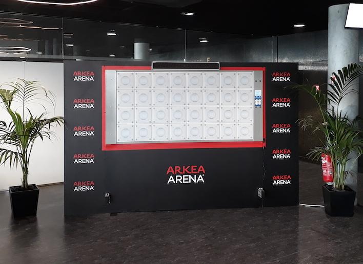 Mur digital à l'image de l'Arkea Arena placé dans un couloir du stade