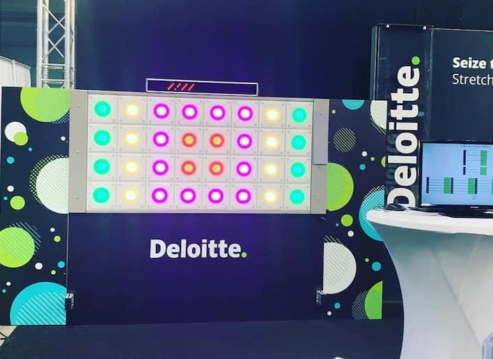 Mur digital à l'image de la marque Deloitte lors d'un salon événementiel