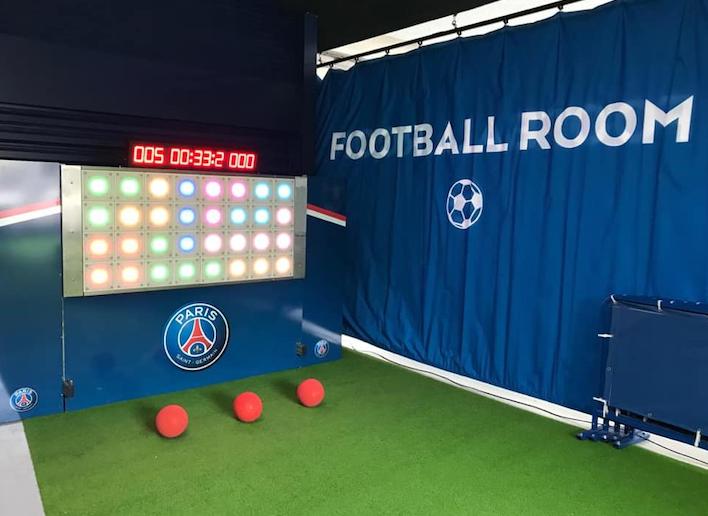 Trois ballons rouges placés au pied du mur digital à l'image du Paris Saint Germain