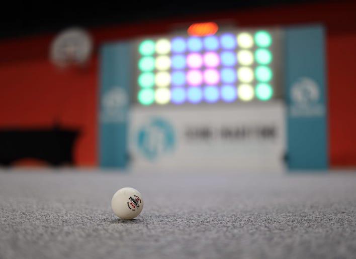 Balle de golf placée au pied du mur digital