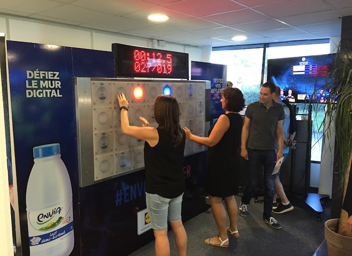 Personnes jouant au mur digital lors d'un événement d'entreprise