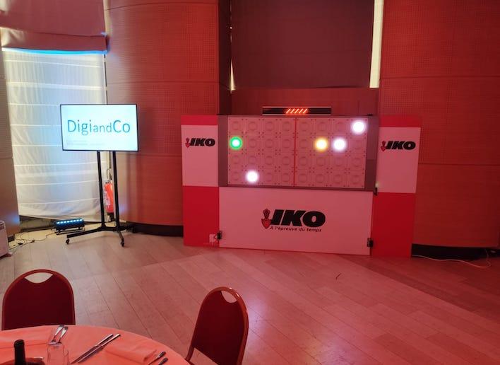 Mur digital à l'image de l'entreprise Iko lors d'une soirée