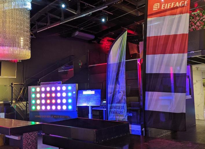 Mur digital dans une salle de réception lors d'une convention Eiffage