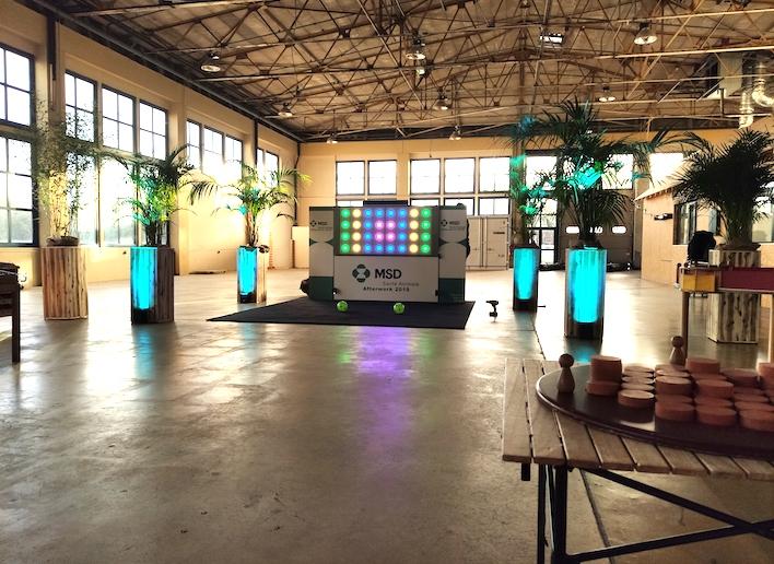 Mur digital à l'image de l'entreprise MSD dans un hangar événementiel