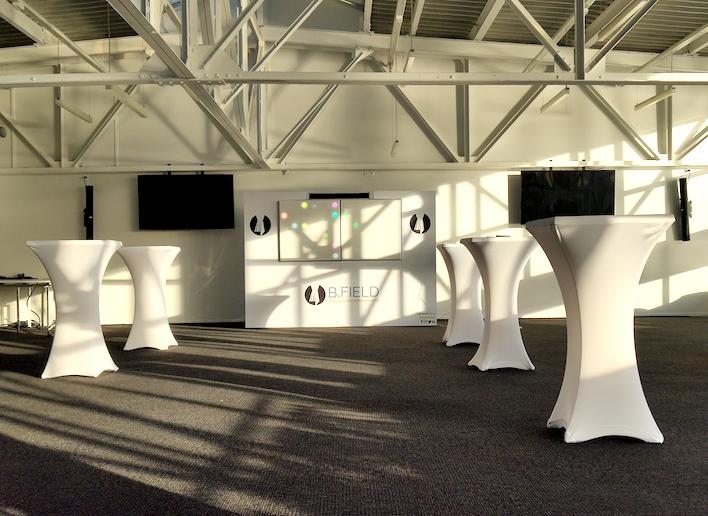 Mur digital à m'image de l'entreprise B.Field placé dans une salle de réception
