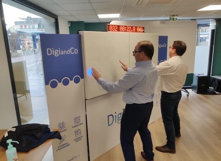 Deux personnes jouant au mur digital