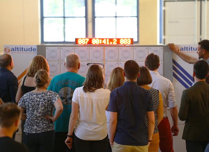 Groupe de douze personnes face au mur digital